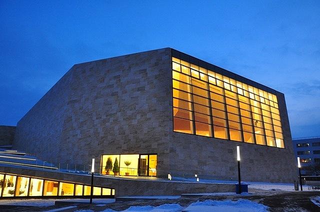 A 2009. augusztus 29-i alapkőletételt követően mindössze 16 hónap alatt épült meg a Kodály Központ