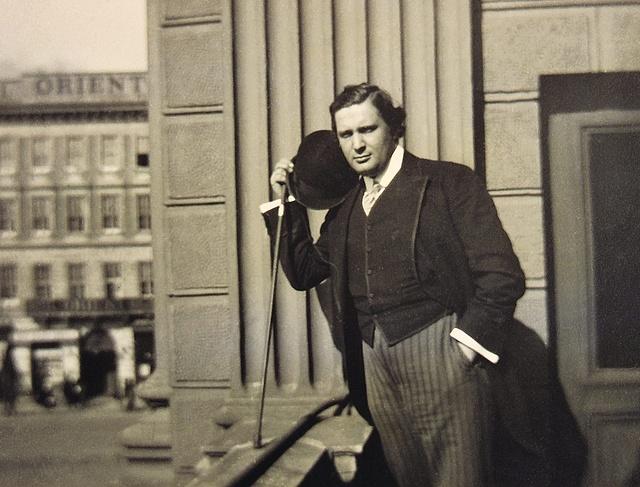 Somlay Artúr a Nemzeti Színház erkélyén 1920 körül