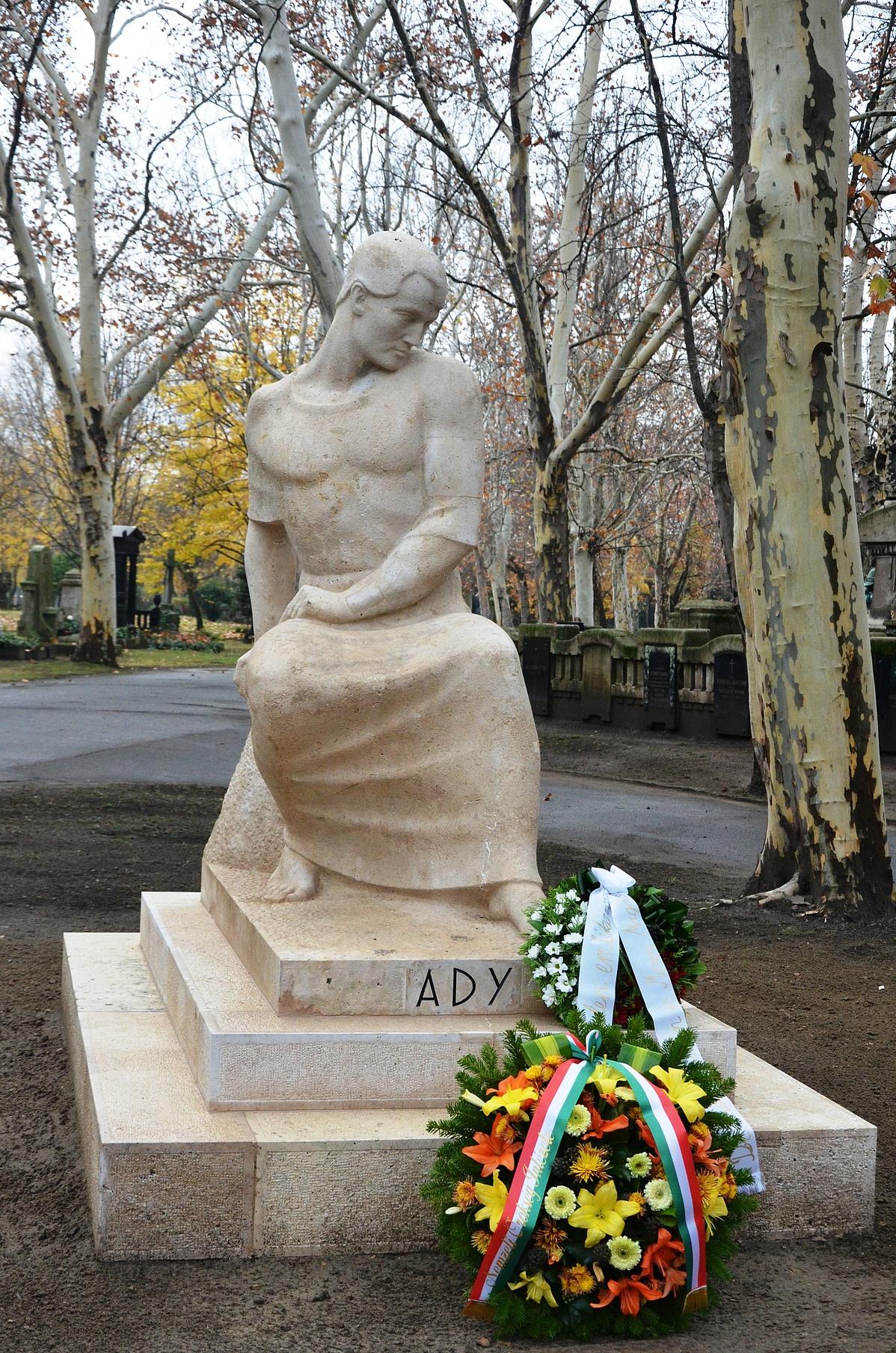 Ady Endre 2013-ban felújított síremléke a Fiumei sírkertben