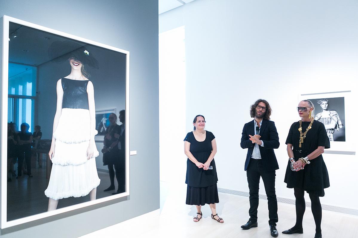 Szipőcs Krisztina kurátor, Peter Farago és Ingela-Klemetz Farago a kiállítás sajtóbejárásán
