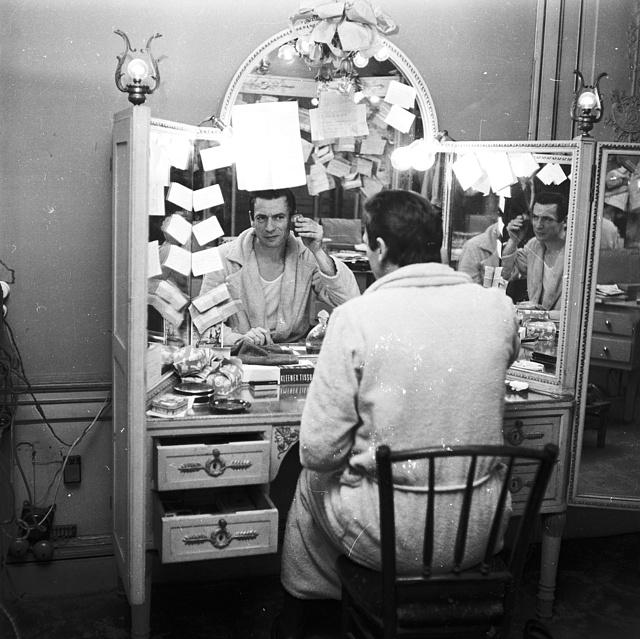 Yves Montand 1955-ben, a párizsi Sarah Bernhardt Színház öltözőjében
