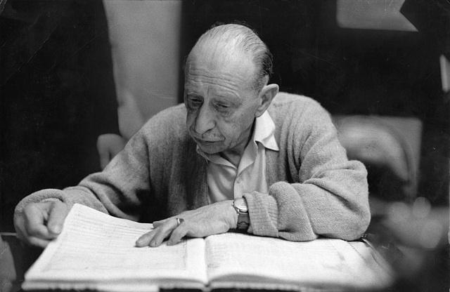 Igor Stravinsky 1958. december 8-án egy kottát tanulmányoz