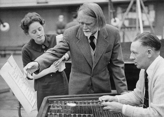 Kodály Zoltán egy cimbalom játékossal a Háry János próbáján, 1960-ban, háttérben felesége, Sarolta látható