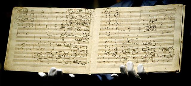 Képünkön Beethoven IX. szimfóniájának első kiadása a szerző kézírásával, 2003.