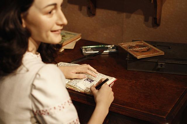 Anne Frank viaszbábúja a Madame Tussauds Múzeumban, Berlinben