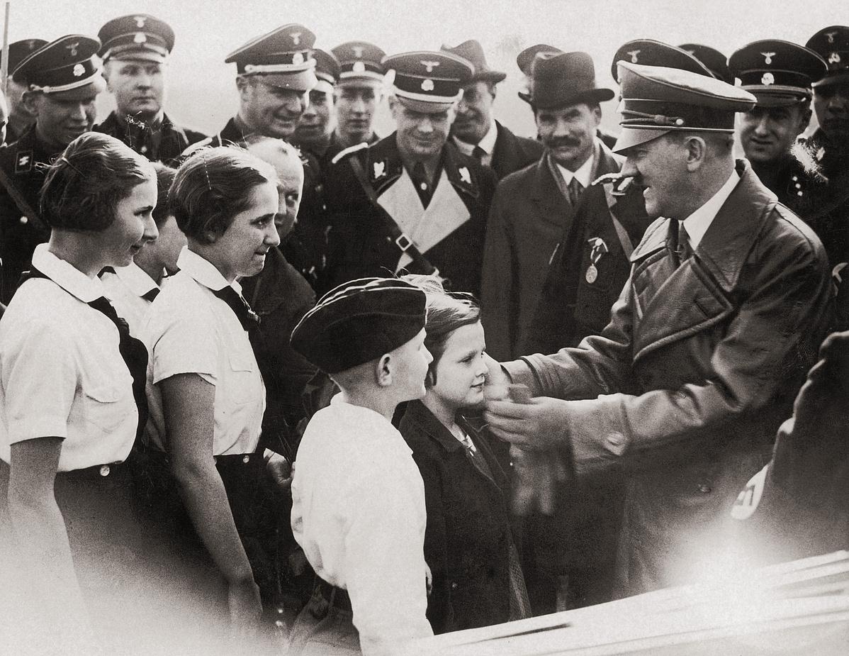 Adolf Hitler gyerekek társaságában