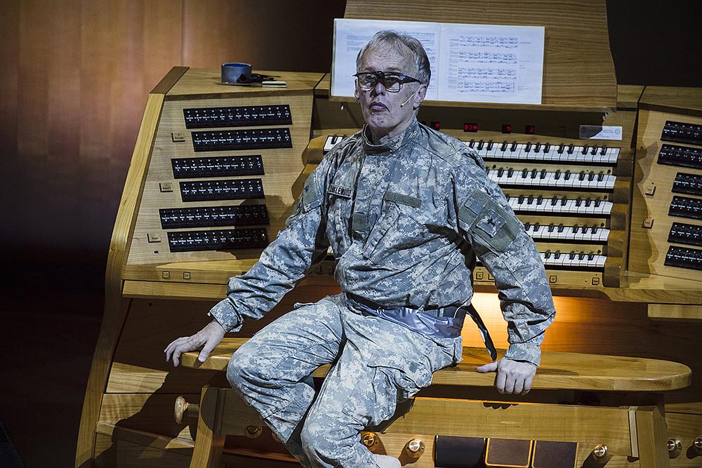 Martin Haselböck a Just Call Me God című előadásban