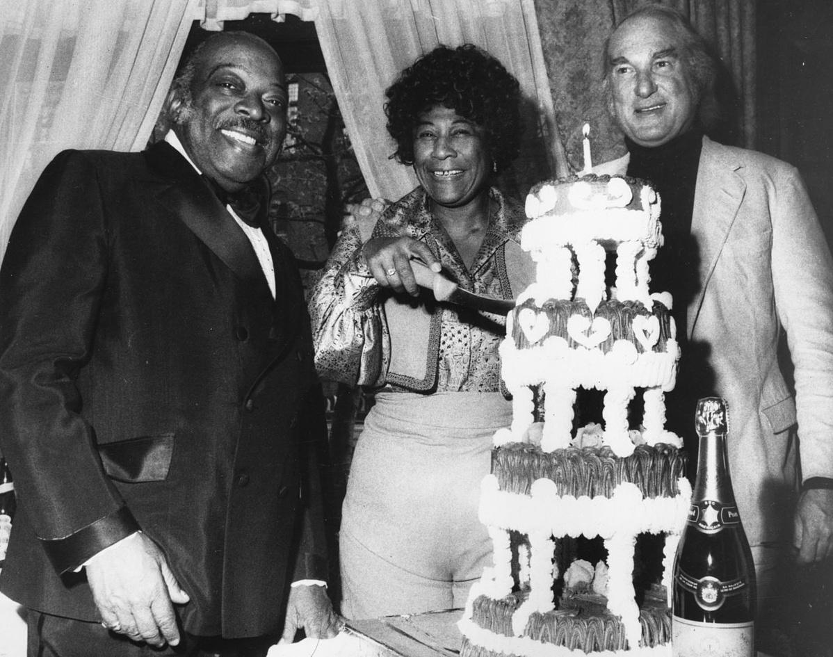 Ella Fitzgerald születésnapját ünnepli 1971. április 27-én Count Basie és menedzsere, Norman Granz társaságában