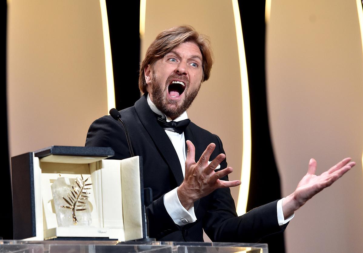 Ruben Ostlund rendező ünnepli a győzelmét a színpadon. A svéd rendező The Square című művészeti témájú szatíra nyerte az Aranypálmát a 70. Cannes-i Filmfesztiválon.