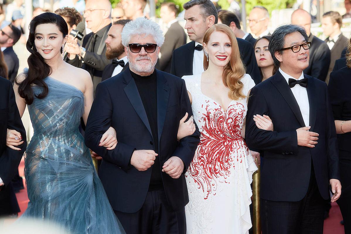 A 70. Cannes-i Filmfesztivál záróünnepségére érkeznek a zsűritagjai (balról jobbra) Fan Bingbing, Pedro Almodovar, Jessica Chastain és Park Chan-wook.