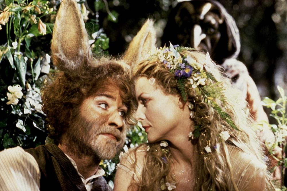 A Szentivánéji álom 1999-es filmverziója. Kevin Klein, mint Zuboly, Michelle Pfeiffer, mint Titánia, tündérkirálynő