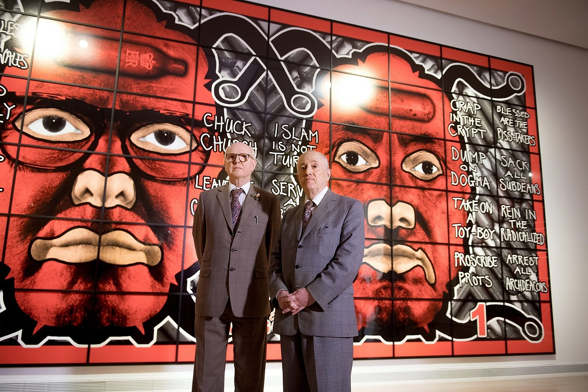 George Passmore (b) és Gilbert Proesch művésznevükön Gilbert és George Bűnbak képek Budapestnek című kiállításuk sajtóbemutatóján a fővárosi Ludwig Múzeumban 2017. július 7-én.
