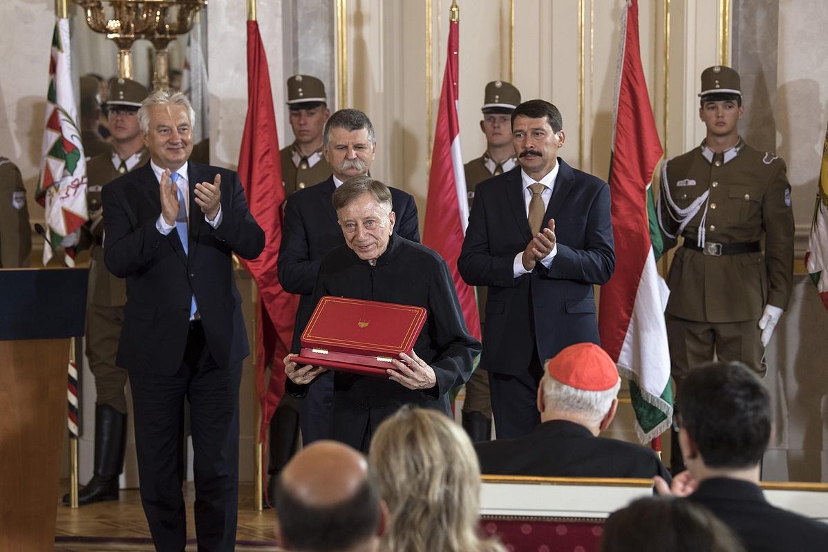 Vásáry Tamás Kossuth-díjas zongoraművész karmester a Magyar Szent István Rend kitüntetéssel.