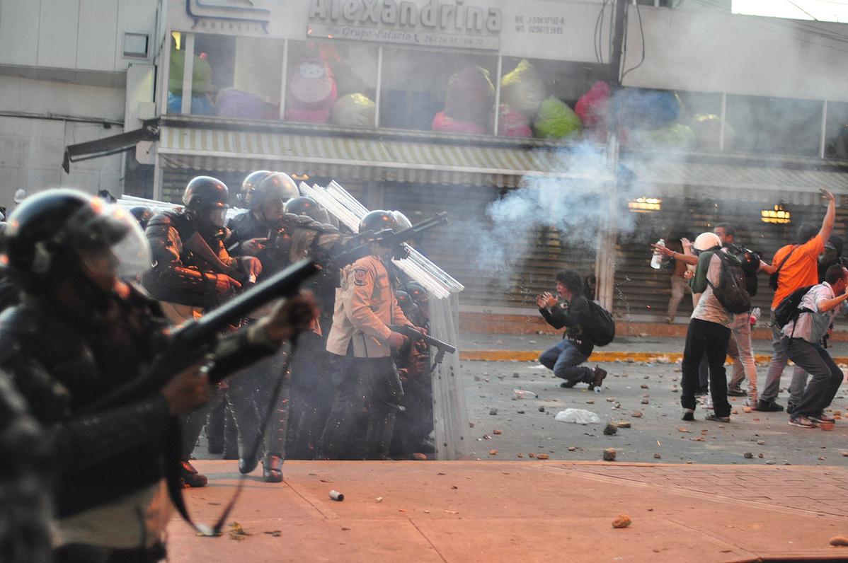 Tüntetés a venezuelai Altamira városában 2014 májusában, röviddel az olajár beszakadása után
