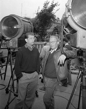 A Fűre lépni szabad című film forgatásának szünetében Makk Károly és Illés György operatőr, 1960