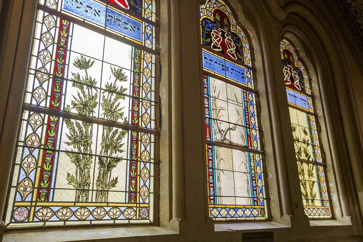 A külső rekonstrukcióban megújult szegedi zsinagóga felújított ablakai.
