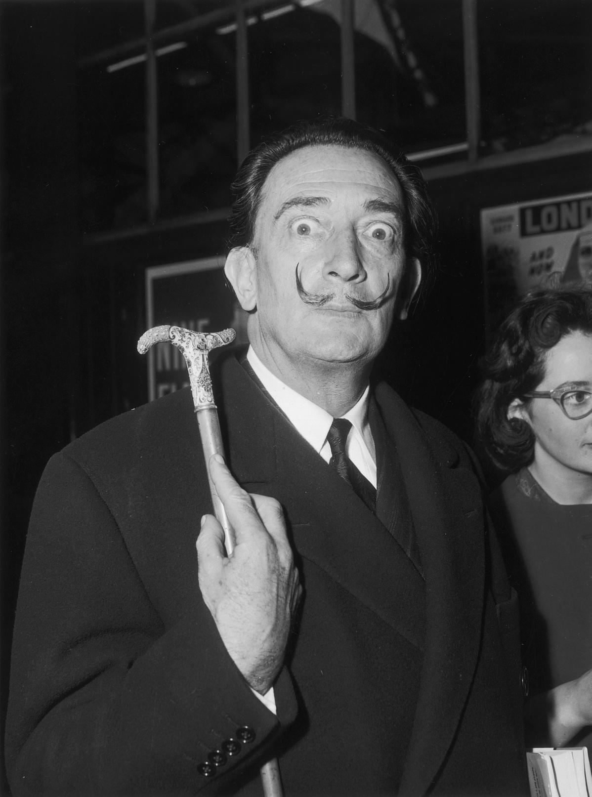 1959. május 6. Salvador Dali (1904 - 1989) épp Párizsból érkezett meg Victoriába, hogy részt vegyen a 'The Case of Salvador Dali' című könyv kiadóinak partiján