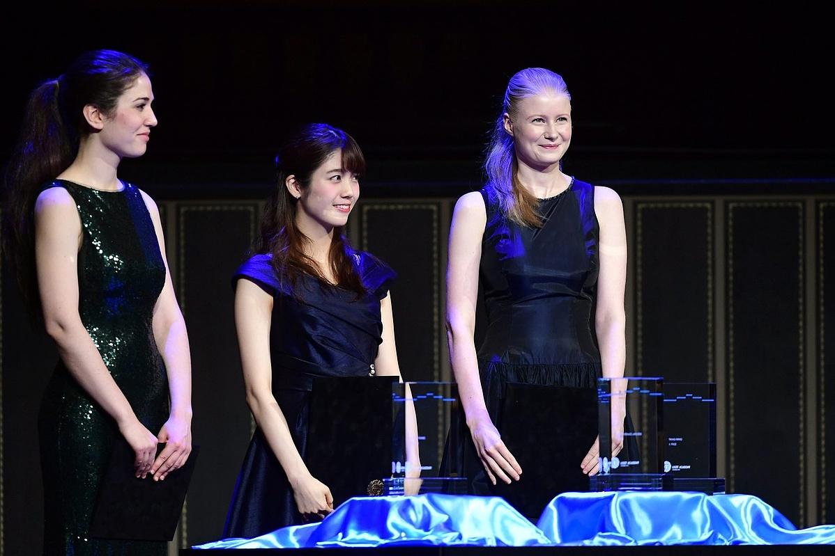 Az elsõ helyezett francia-holland Cosima Soulez-Lariviere, a második helyezett japán Takagi Ririko, és a harmadik helyezett Langer Ágnes a díjátadón, 2017. szeptember 17-én.
