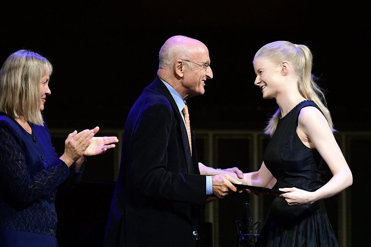A francia-holland Cosima Soulez-Lariviere átveszi az első helyezettnek járó elismerést Salvatore Accardo olasz hegedűművésztől