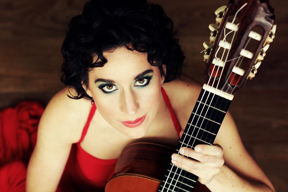 Hallanod kell: A magyar gitárművésznő Ravelt játszik, és lenyűgöz vele