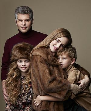 Kelemen Barnabás és Kokas Katalin két gyermekükkel