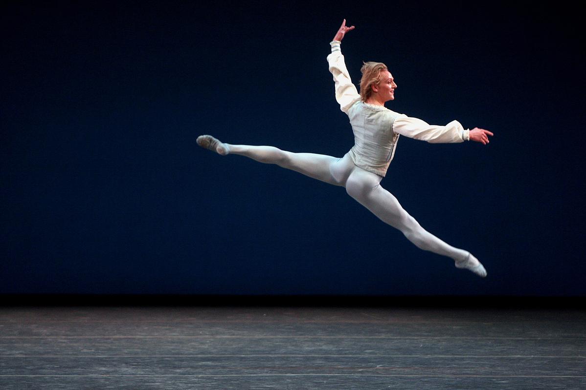 David Hallberg egy Balanchine-féle pas de deux-t táncol