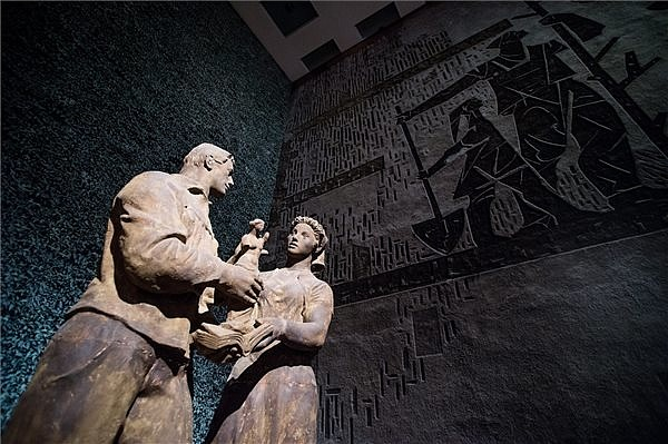Kerényi Jenő Szocialista kultúra című szobra a Keretek között című kiállításon