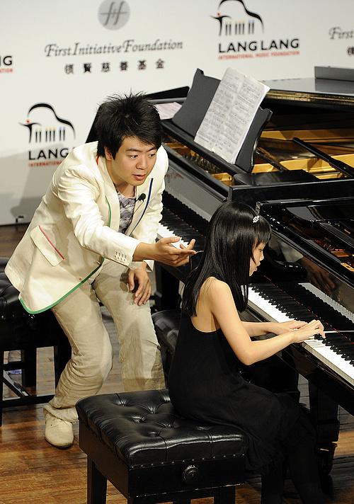Lang Lang tehetségeket segítő alapítvánnyal is rendelkezik, a képen a zongoraművész az egyik szerencsés ösztöndíjassal