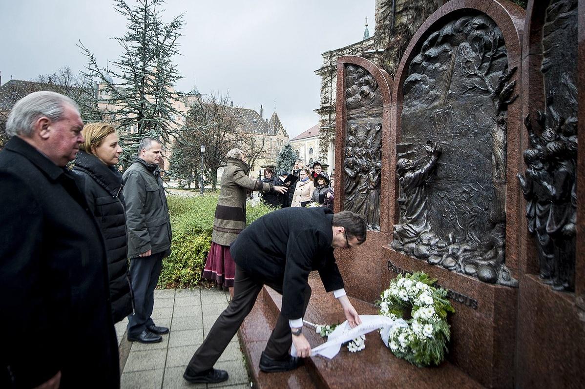 Szebelényi Gyula Tamás alpolgármester koszorút helyez el a Psalmus Hungaricus emlékmûnél.