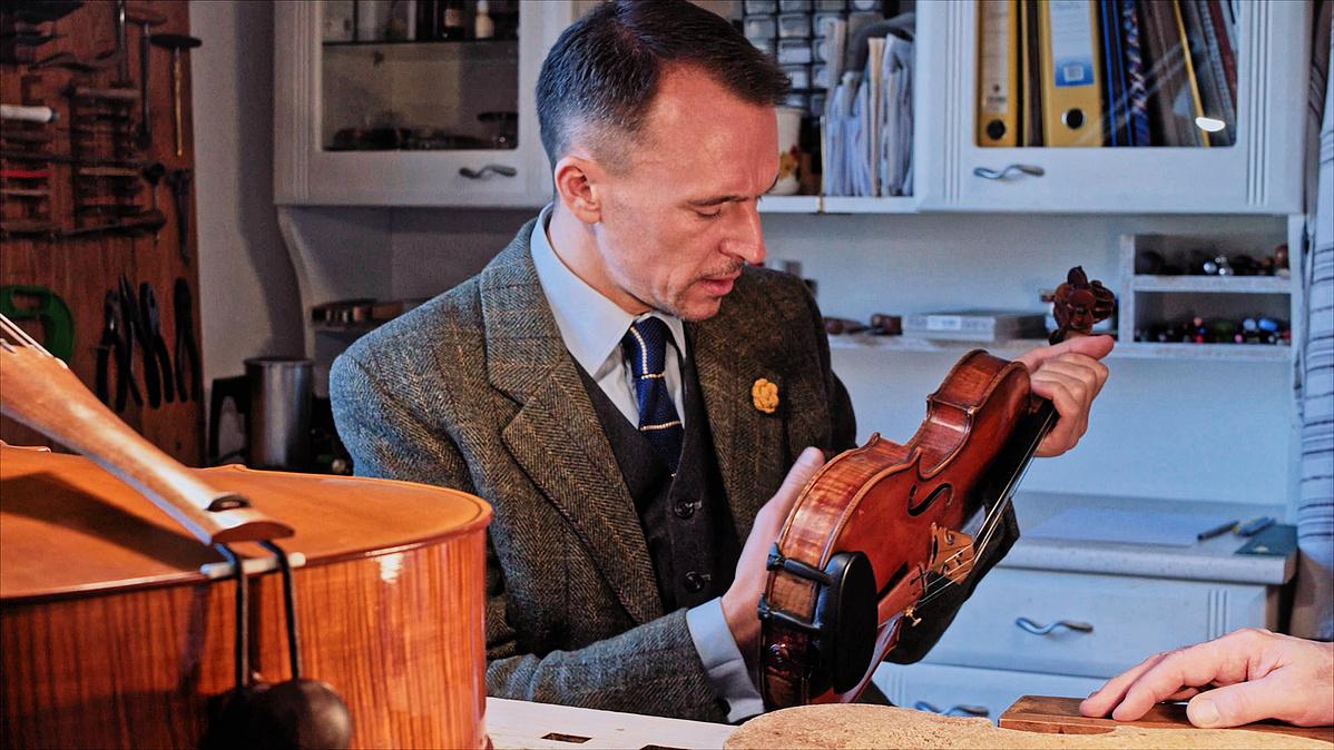 Bécsben biztosítják Kellert, hogy jó kezekben lesz a hegedűje. Mégsem.