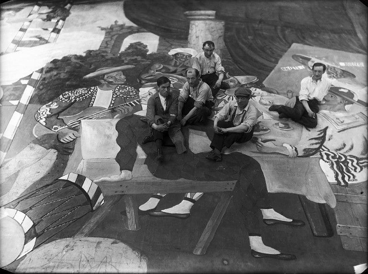 Pablo Picasso sapkában a Parade díszletfestőivel 1917-ben
