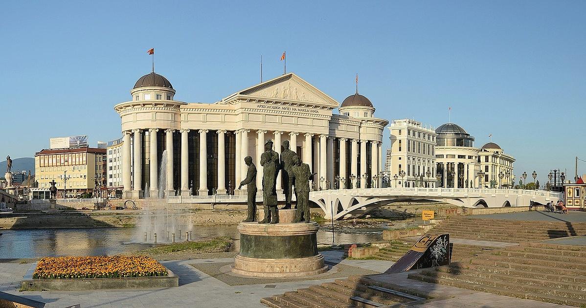 A régészeti múzeum épülete és a Civilizációk hídja