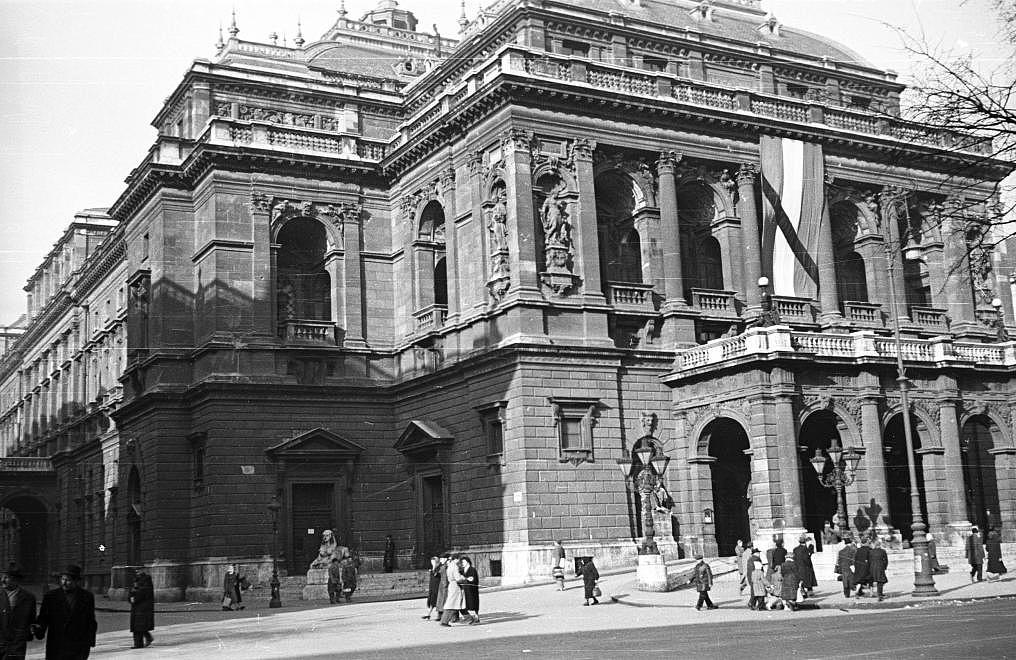 Az Operaház 1956-ban, az Andrássy út neve ekkor már Sztálin út