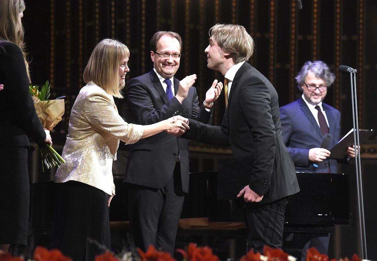 Vigh Andrea rektor átadja Szabó Barnának, a vonószenekari kíséretes dal vagy dalciklus kategória győztesének a díjat