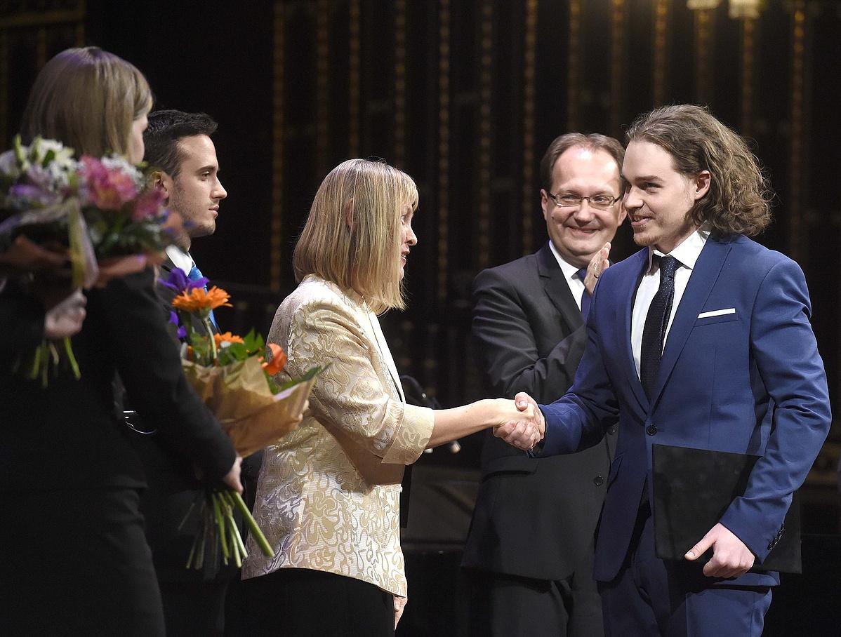 Vigh Andrea rektor átadja Molnár Viktornak, a zongorakíséretes dal vagy dalciklus kategória győztesének a díjat