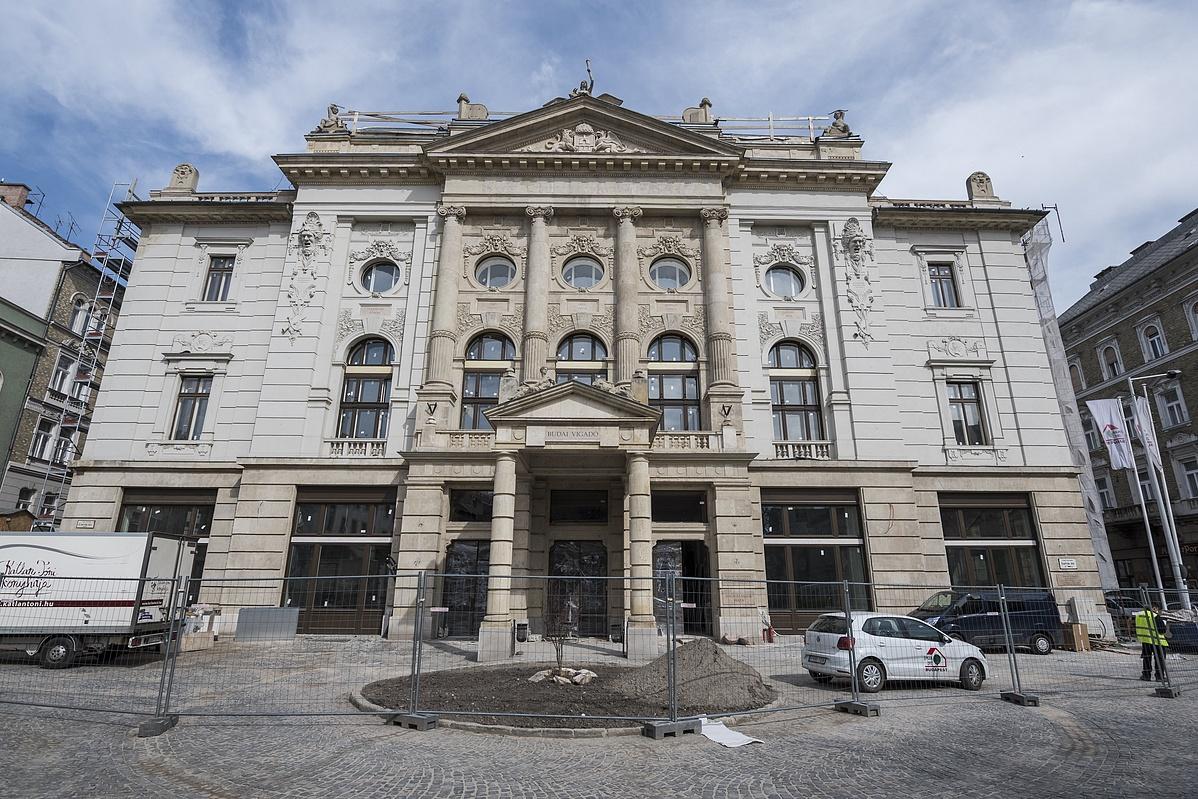 A felújítás alatt álló Budai Vigadó épülete 2018. április 5-én.