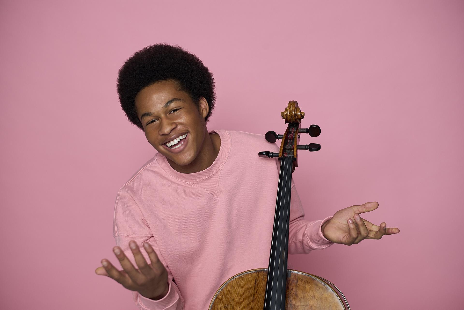 Jelenleg ez a tizenkilenc éves fiú a világ legtöbbet hallgatott csellistája