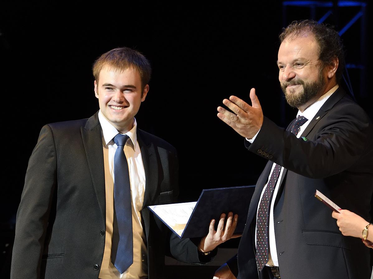 Papp Viktor a X. Nemzetközi Simándy József Énekverseny elsõ kategóriájának gyõztese (b) átveszi elismerését Kiss B. Attila operaénekestõl.