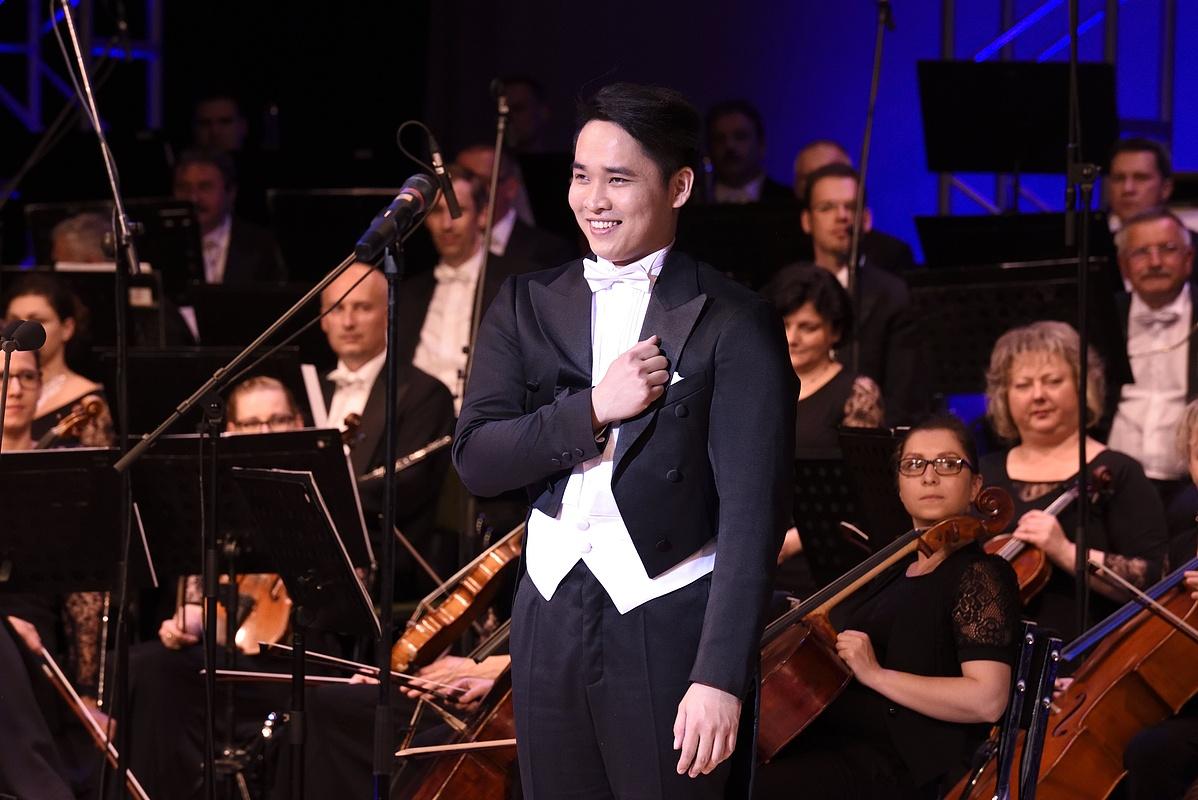 Ninh Duc Hoang Long vietnami születésû tenor a X. Nemzetközi Simándy József Énekverseny harmadik kategóriájának holtversenyben elsõ helyezettje