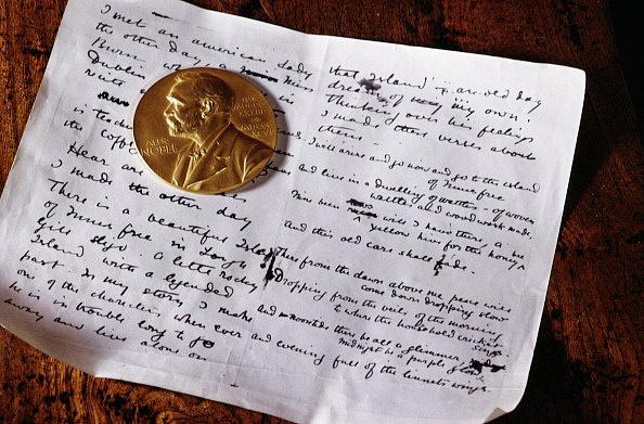 A Nobel-díj arany medálja és William Butler Yeats (1865-1939) költő kézirata a Sligo múzeumban. Yeats 1923-ban vehette át az elismerést.