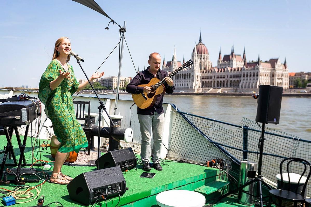 Harcsa Veronika és Gyémánt Bálint a TRIP hajón megrendezett sajtótájékoztatón