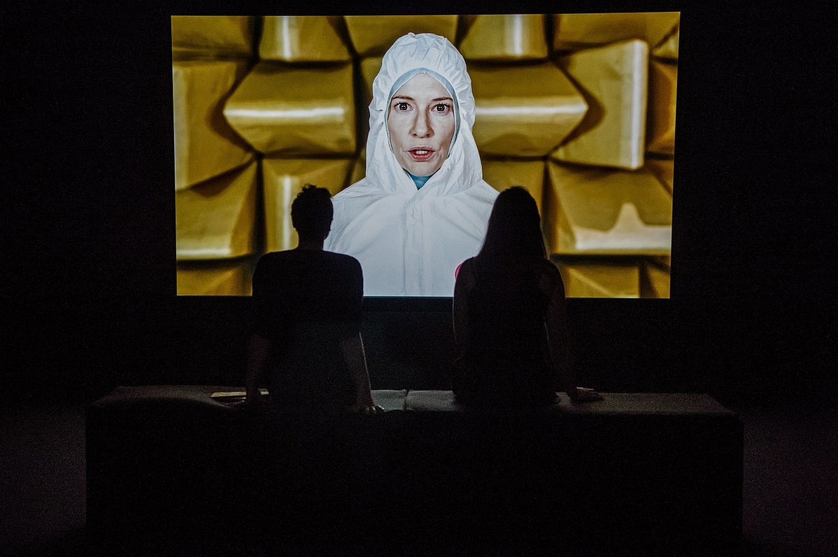 Látogatók a 13 képernyő egyike előtt