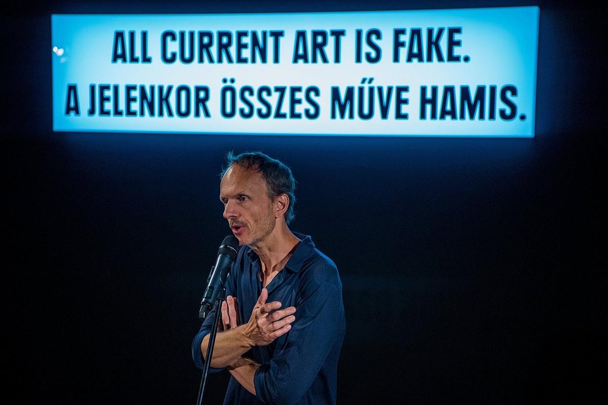 Julian Rosefeldt német mûvész filmkészítõ a Manifesto sajtóbemutatóján Budapesten.