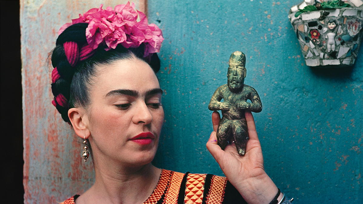 FridaKahlowithOlmecfigurine1939PhotographNickolasMurayCNickolasMurayPhotoArchives-160754.jpg