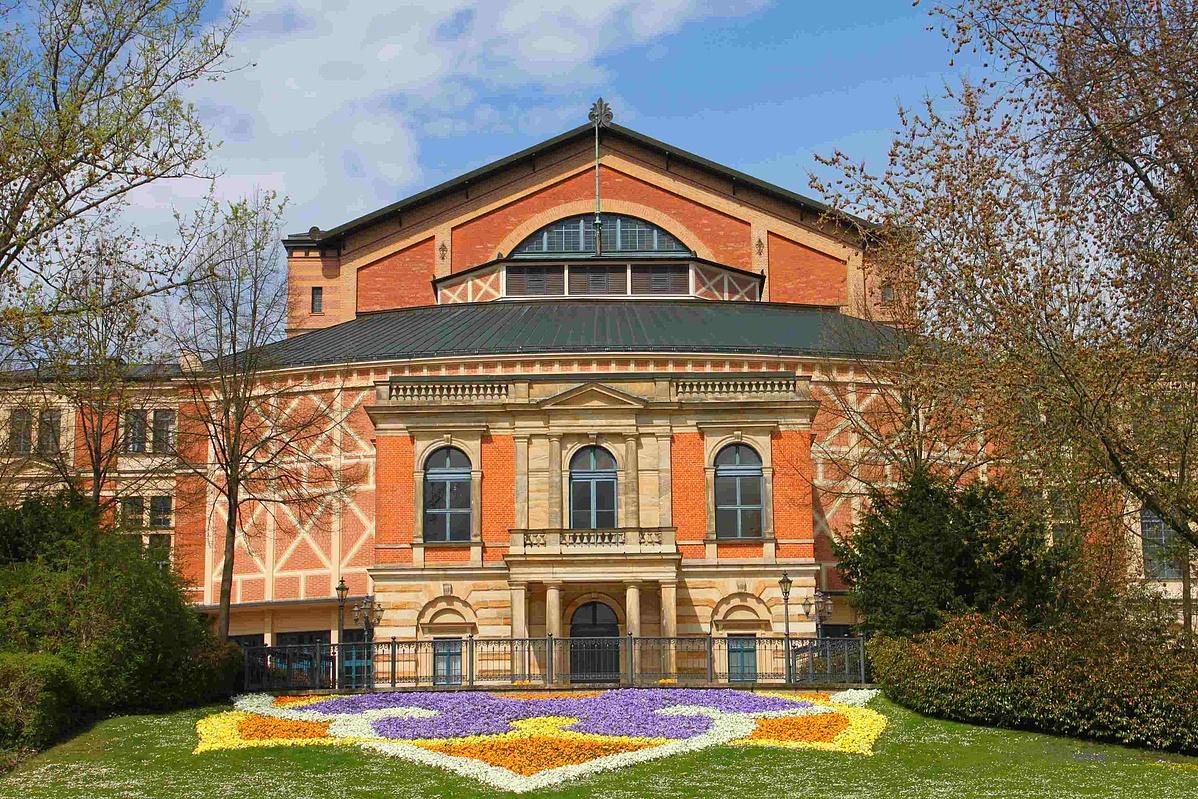 Bayreuth_Festspielhaus_Vorderansicht-130302.jpg