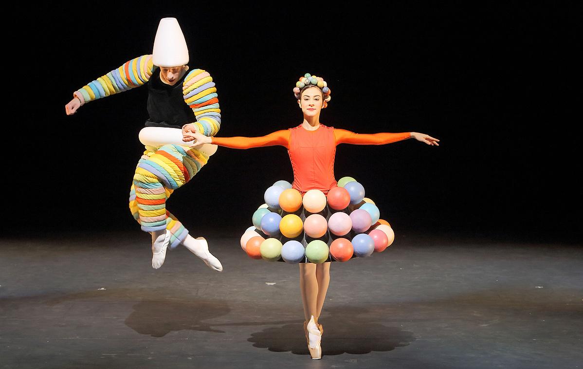 10-Das-Triadische-Ballett_Rosa-Reihe_Sebastian-Goffin-Marta-Navarrete-Villalba_CWilfried-Hosl-125503.jpg
