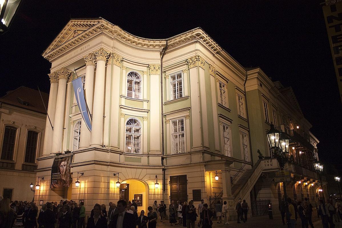 1620px-Exterieur_du_Theatre_des_Etats_a_Prague_Republique_Tcheque-125223.jpg
