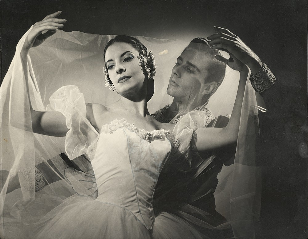 Alicia_Alonso_and_Reyes_Fernandez_in_Giselle_1960-220346.jpg
