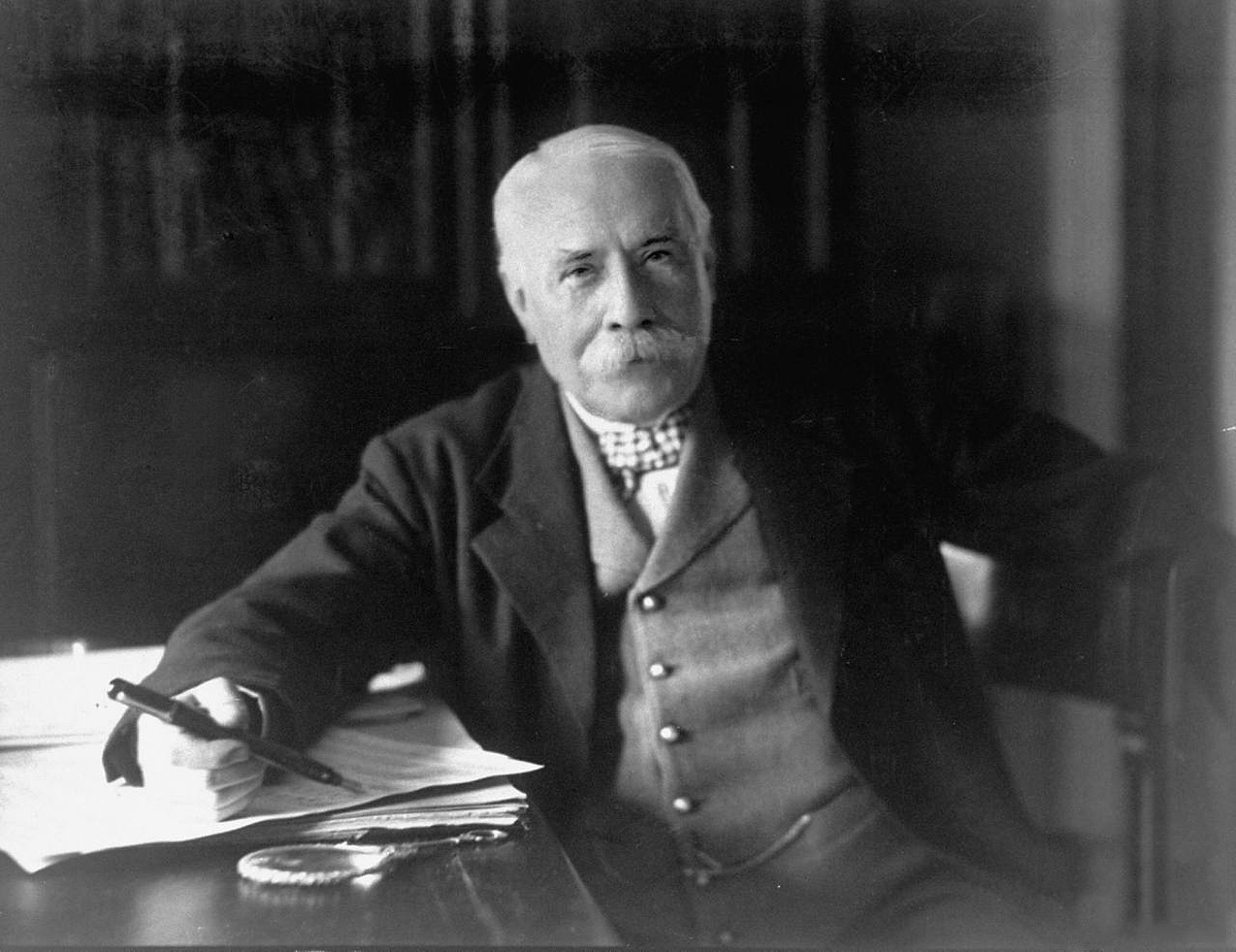 Edward_Elgar_posing_for_the_camera_1931-130201.jpg