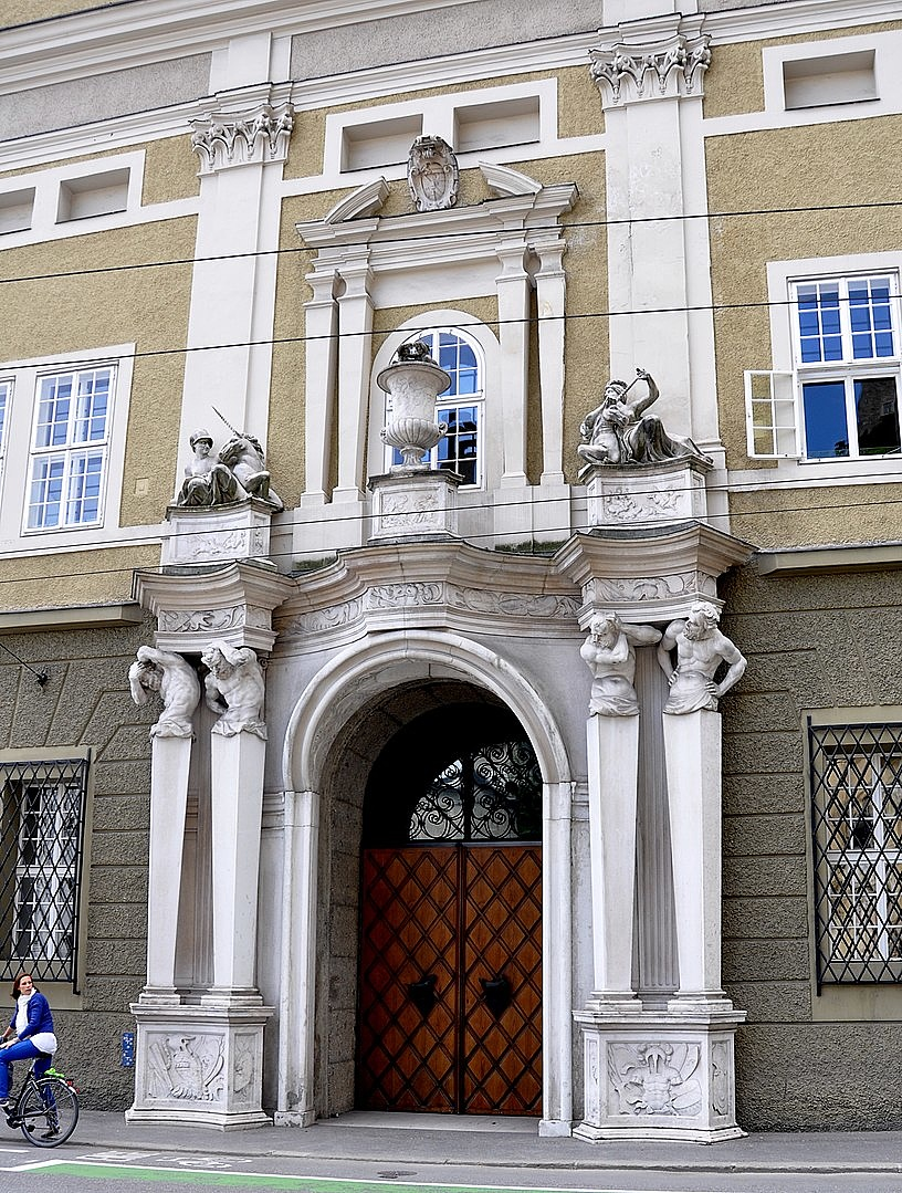 816px-Salzburg_Festspielhaus_Portal_Karajanplatz_01-104314.jpg